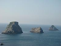 """La pointe de Pen-Hir, prolongée en mer par les """"Tas de Pois"""", est sans doute l'image la plus connue de la presqu'île de Crozon. Ses hautes falaises, abritant de petites criques, attirent un nombre important de visiteurs. De là le regard embrasse toute la mer d'Iroise de la Pointe du Raz à la Pointe Saint Mathieu ; par beau temps on distingue les îles : Sein, Ouessant, Molène, et le panorama est superbe."""