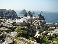 Le site est magnifique ainsi que le panorama: en contrebas, les formidables rochers isolés qu'on appelle les Tas de Pois