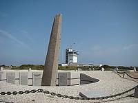 Le monument qui fut érigé en 1988 et dédié à toutes les personnes de l'aéronautique navale qui sont mortes ou disparues à l'Ouest de la France en service aérien commandé.