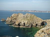 le Château est une formation rocheuse percée d'une arche naturelle