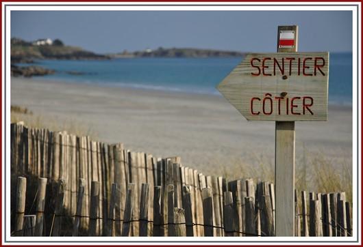 Le Sentier des douaniers GR34 permet de longer la côte et d'épouser chaque crique et chaque avancée dans la mer. Photo prise le 30 mars 2012 près de la plage de Kersidan à Trégunc.