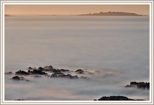 La 4ème photo de notre série sur la pose longue au bord de mer. Matériel utilisé et exifs : Nikon D90 + Nikon 18-105 sur trépied - f/9 - 47,1 secondes - 200 isos - 1 filtre polarisant + 2 filtres neutre ND8 et ND 1000. Photo prise le dimanche 27 mai 2012 (à 7h21).