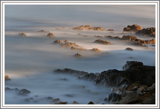 La dernière photo de notre série sur la pose longue au bord de mer. Matériel utilisé et exifs : Nikon D90 + Nikon 18-105 sur trépied - f/9 - 147,7 secondes - 200 isos - 1 filtre polarisant + 2 filtres neutre ND8 et ND 1000. Photo prise le dimanche 27 mai 2012 (à 7h55).