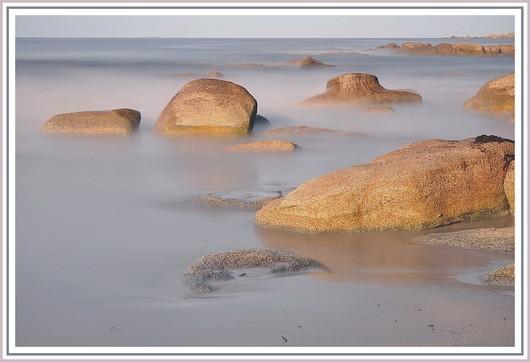 La suite de notre série sur la pose longue au bord de mer. Matériel utilisé et exifs : Nikon D90 + Nikon 18-105 sur trépied - f/9 - 110,4 secondes - 200 isos - 1 filtre polarisant + 2 filtres neutre ND8 et ND 1000. Photo prise le dimanche 27 mai 2012 (à 8h27) sur une plage de Trégunc.
