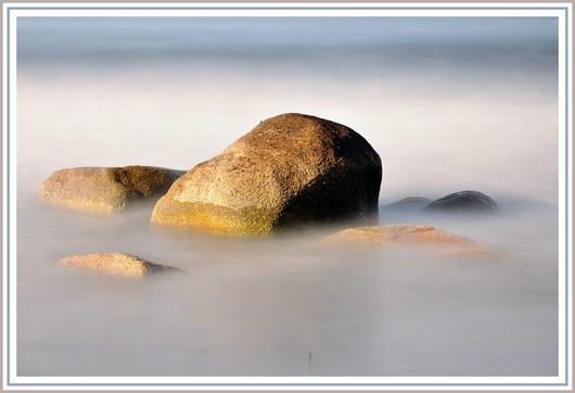 Pose longue au bord de mer. Nikon D90 + Nikon 18-105 sur trépied - f/9 - 112,3 secondes - 200 isos - 1 filtre polarisant + 2 filtres neutre ND8 et ND 1000. Photo prise le dimanche 27 mai 2012 (à 8h39) sur une plage de Trégunc.