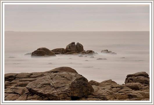La suite de notre série sur la pose longue au bord de mer. Matériel utilisé et exifs : Nikon D90 + Nikon 18-105 sur trépied - f/9 - 103,5 secondes - 200 isos - 1 filtre polarisant + 2 filtres neutre ND8 et ND 1000. Photo prise le dimanche 27 mai 2012 (à 19h05) sur une plage de Trégunc.