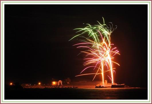 Feu d'artifice sur le port de Trévignon, à Trégunc, lors de la traditionnelle kermesse du 14 Juillet de la station de sauvetage SNSM. Photo prise le samedi 14 juillet 2012. Une galerie très bientôt en ligne ...