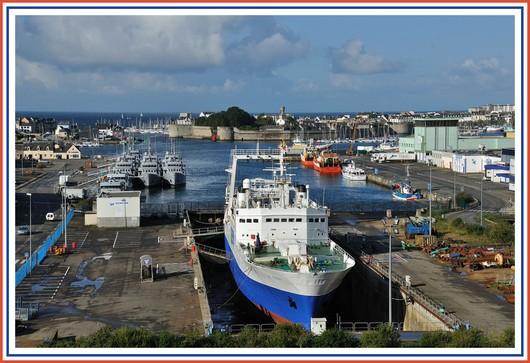 Le port de Concarneau et la ville close vu depuis le pont du Moros. Au premier plan, on reconnait le Joseph Roty 2 en cale sêche. Il s'agit d'un chalutier usine surimi, de la Compagnie des Pêches de Saint-Malo. Photo prise le dimanche 5 août 2012.