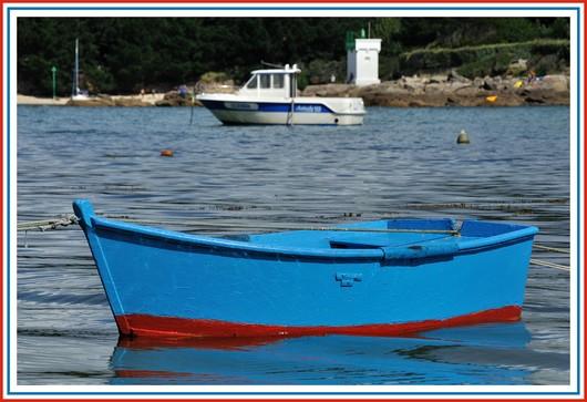 Embarcation à Pouldohan (Trégunc). Au fond, le phare du Minaoüet. Photo prise le dimanche 12 août 2012.