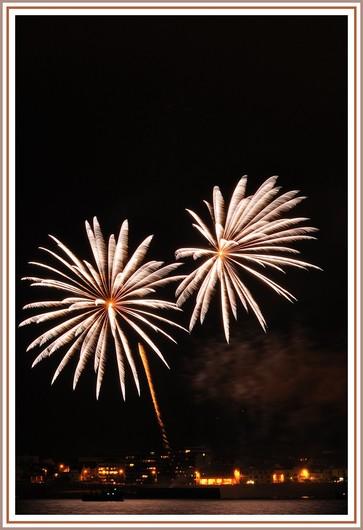 Feu d'artifice sur Concarneau dans le cadre des Filets Bleus 2012. Exifs : Nikon D90 + Nikon 70-300 sur trépied - Focale : 70 mm - Ouverture : F/10 - Vitesse d'obturation : 2,7 secondes - 200 isos. Le feu d'artifice a été tiré à partir du Quai Nul (face au Centre des Arts) et la photo est prise du Cabellou. Photo prise le dimanche 19 août 2012.