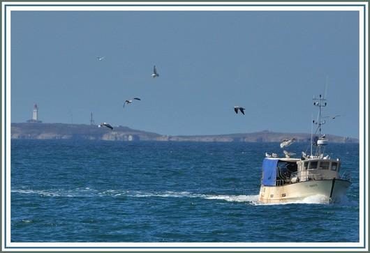 Retour de pêche pour ce côtier de Trévignon, avec au fond l'archipel des Glénan. Photo prise le dimanche 26 août 2012.