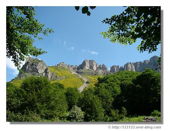 Les Orgues de Camplong lors de notre départ pour la randonnée vers le Pas d'Azun (Il s'agit d'une barre rocheuse, à l'aspect très découpé qui s'étend d'Ouest en Est, dans la vallée d'Aspe - Pyrénées Atlantiques, en juin 2008) - © http://123123.over-blog.com