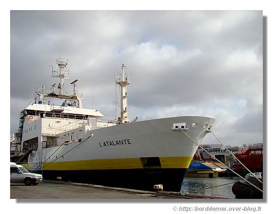 L'Atalante à quai ce samedi 7 mars 2009. Le navice océanographique d'Ifremer était arrivé à Concarneau à la mi-novembre pour un chantier de modernisation. Il est sortit de la cale sèche le vendredi 6 mars 2009 (où il y était depuis décembre 2008). Les travaux vont s'achever à quai jusqu'en mai. - © http://borddemer.over-blog.fr