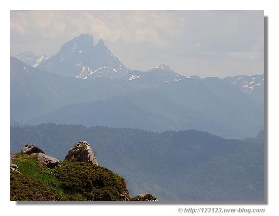 Vue sur le Pic du Midi d'Ossau depuis le Pas d'Azun (Pyrénées Atlantiques - Juin 2008) - © http://123123.over-blog.com