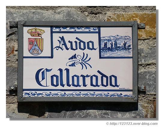 Pancarte indiquant le nom de la rue dans un village espagnol - © http://123123.over-blog.com