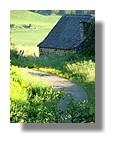 Une grange au lever du jour dans la vallée d'Aspe. Juin 2008 - Pyrénées Atlantiques.