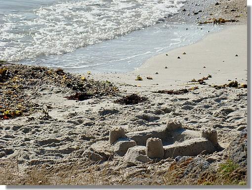 Un chateau abandonné après une journée à la plage. Photo prise le 23 août 2009 sur une plage de Trégunc. - © http://borddemer.over-blog.fr