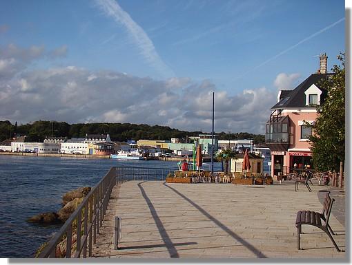 Une photo prise de la place Duquesne, à Concarneau, avec vue sur le port. Photo prise le 25 août 2009. - © http://borddemer.over-blog.fr
