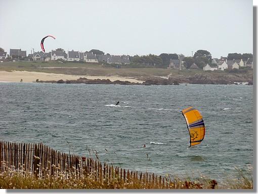 Kytesurfeurs face à la plage de la Baleine à Trévignon (Trégunc). Photo prise le 26 août 2009. - © http://borddemer.over-blog.fr