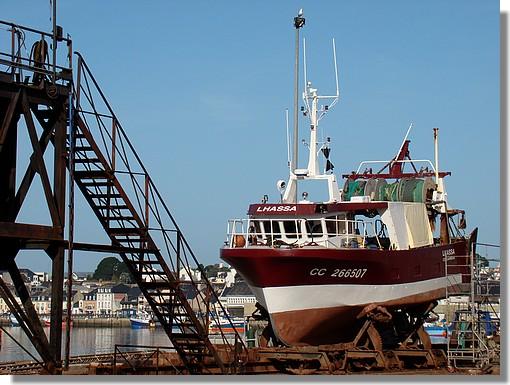 Le chalutier concarnois Lhassa sur l'air de carénage dans le port. Photo prise le 29 août 2009. - © http://borddemer.over-blog.fr