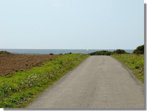 Une route avec la plage et l'océan au bout. Photo prise le 29 août 2009 près de la plage de Kérouini. - © http://borddemer.over-blog.fr