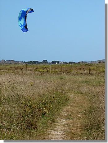 Kitesurf de l'autre côté de la dune. Près d'une plage de Trégunc, le 29 août 2009. - © http://borddemer.over-blog.fr