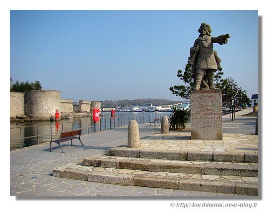 La statue de Abraham Duquesne qui fut le lieutenant général de la marine de Louis XIV. En 1891, le Comte de Chauveau, nouveau propriétaire du domaine fera ériger cette statue en souvenir du grand marin que Concarneau s'enorgueillit d'avoir compté parmi ses citoyens. Aujourd'hui dressé en bordure du Chenal, sur la rive du Passage, le géant de pierre empanaché accueille les visiteurs venus du large (source : http://www.concarneau.org ). Le jeudi 2 avril 2009. - © http://borddemer.over-blog.fr