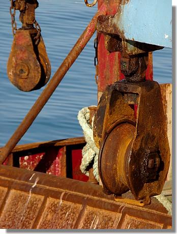 Gros plan sur la poulie d'un chalutier (le Neizhan) dans le port de Concarneau. Photo prise le 6 septembre 2009. - © http://borddemer.over-blog.fr