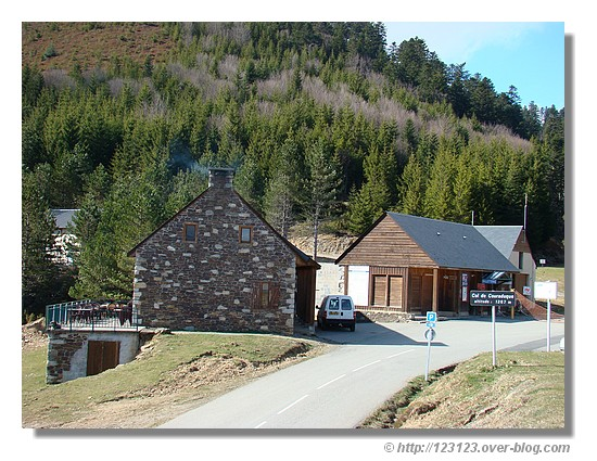 Au sommet du col du Couraduque, à 1367 mètres d'altitude, dans les Hautes Pyrénées (Val d'azun en mars 2008) - © http://123123.over-blog.com