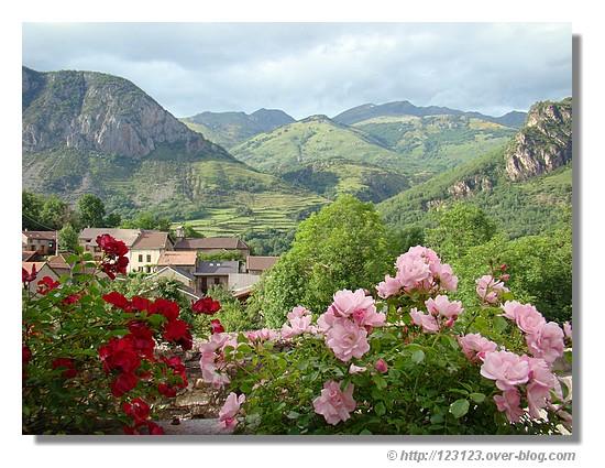 Le petit village de Lassur (Ariège) et ses environs en juin 2007 - © http://123123.over-blog.com