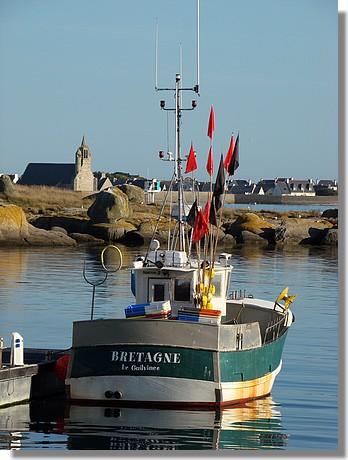 Le Bretagne dans le port de Saint Guénolé avec au fond la chapelle Notre Dame de la Joie. Photo prise le 8 septembre 2009. - © http://borddemer.over-blog.fr