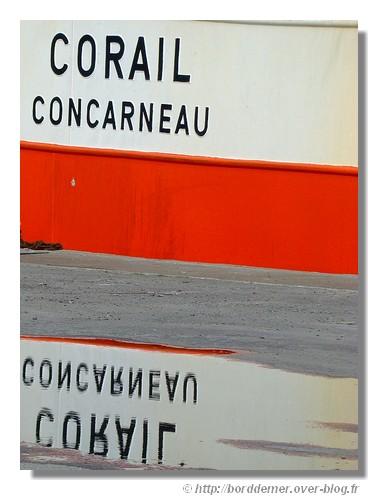 Reflet avec le nom du chalutier Corail dans le port de Concarneau, le samedi 11 avril 2009. - © http://borddemer.over-blog.fr