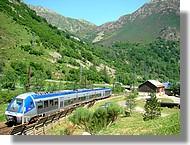 Passage du train à L'Hospitalet près l'Andorre (Ariège, juin 2007).