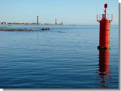Vue sur le célèbre phare d'Eckmul depuis le port de Saint Guénolé. Photo prise le 8 septembre 2009. - © http://borddemer.over-blog.fr