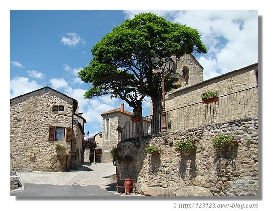 Dorrès (Pyrénées Orientales, juin 2007).Le village de Dorres est situé dans les Pyrénées, à 1450 m d'altitude, en Cerdagne. La Cerdagne est un vaste plateau bordé au sud par la chaîne du Puigmal (2910 m), au nord par celle du Carlit (2921 m). - © http://123123.over-blog.com