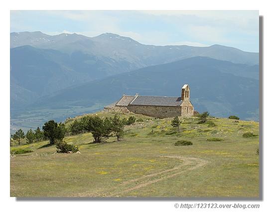 Vue générale sur la chapelle de Belloc (ou Bell Lloch) et la Cerdagne (juin 2007) - © http://123123.over-blog.com