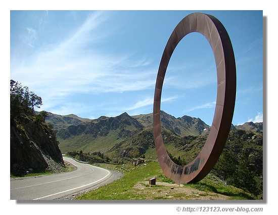 la sculpture Arcalis 91 de l'italien Mauro Staccioli près de la station de ski d'Aracalis (Andorre - juin 2007) - © http://123123.over-blog.com
