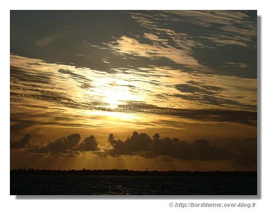 Coucher de soleil sur la baie de Concarneau. La photo est prise le dimanche 7 septembre du Fort du Cabellou à Concarneau - © http://borddemer.over-blog.fr