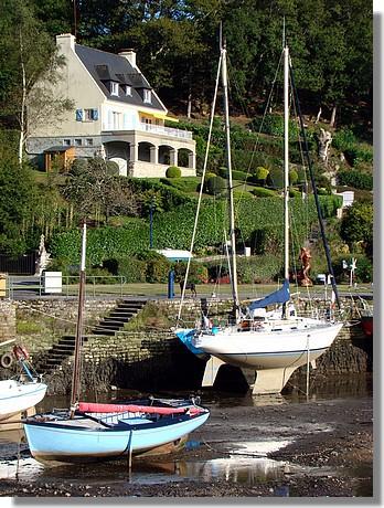 Bateaux à marée basse dans la cité des peintres à Pont Aven. Photo prise le 12 septembre 2009. - © http://borddemer.over-blog.fr