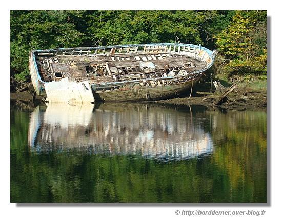 Une épave sur le bord de l'Anse Saint Laurent à la Forêt Fouesnant, le 08 septembre 2008 - © http://borddemer.over-blog.fr