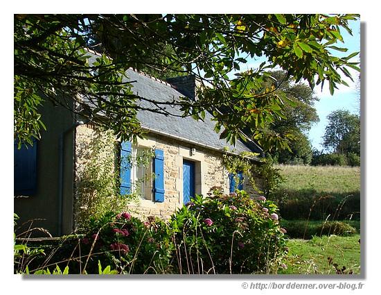 Maison bretonne à la campagne (la Forêt Fouesnant, le 8 septembre 2008) - © http://borddemer.over-blog.fr