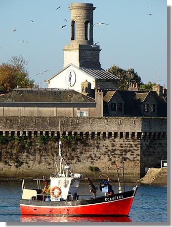 Passage d'un bateau de pêche devant la ville close de Concarneau. Photo prise le 26 septembre 2009. - © http://borddemer.over-blog.fr