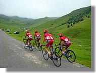 Les coureurs de l'équipe Relax Gam à la Hourquette d'Ancizan, Route du Sud 2007