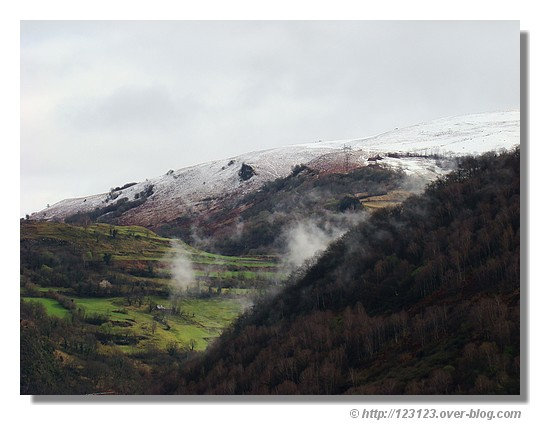 Vue sur les sommets depuis le village d'Agos Vidalos dans les Hautes Pyrénées en mars 2008 - © http://123123.over-blog.com