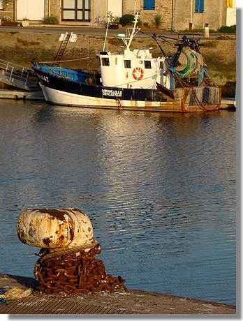 Le port de Concarneau avec une bite d'amarrage au premier plan et le Cornouaille à quai au second plan. Photo prise le 27 septembre 2009 en soirée. - © http://borddemer.over-blog.fr