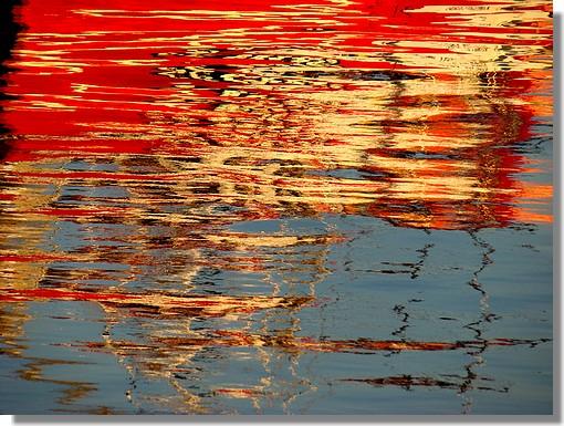 Reflets du chalutier concarnois Tarz an Deiz dans le port. Photo prise le 27 septembre 2009 en soirée. - © http://borddemer.over-blog.fr