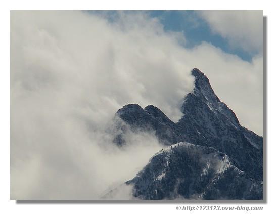 Nombreux nuages sur les sommets des Hautes Pyrénées (mars 2008 sur les hauteurs du lac d'Estaing) - © http://123123.over-blog.com