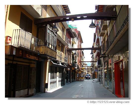 Rue commerçante dans la ville espagnole de Puigcerda (juin 2007) - © http://123123.over-blog.com