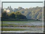 l'Aven à marée basse avec le château du Hénant au fond
