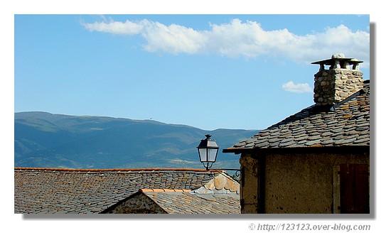 Le village de Enveigt (Pyrénées Orientales) avec vue sur la Serra de Cadi (Catalogne) en juin 2007. - &cophttp://123123.over-blog.com